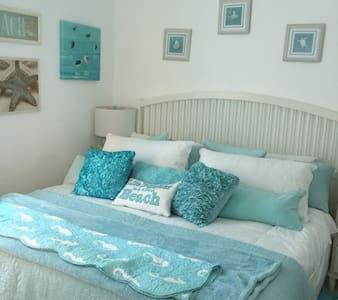 Aqua Dreams Guest Cottage on beach - Bungalou