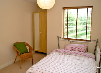 Double bedroom and private bathroom - West Drayton - Apartment