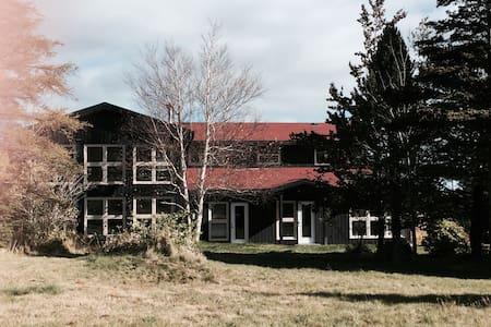 Modern Rustic Open Concept Residence - Flatrock - Rumah