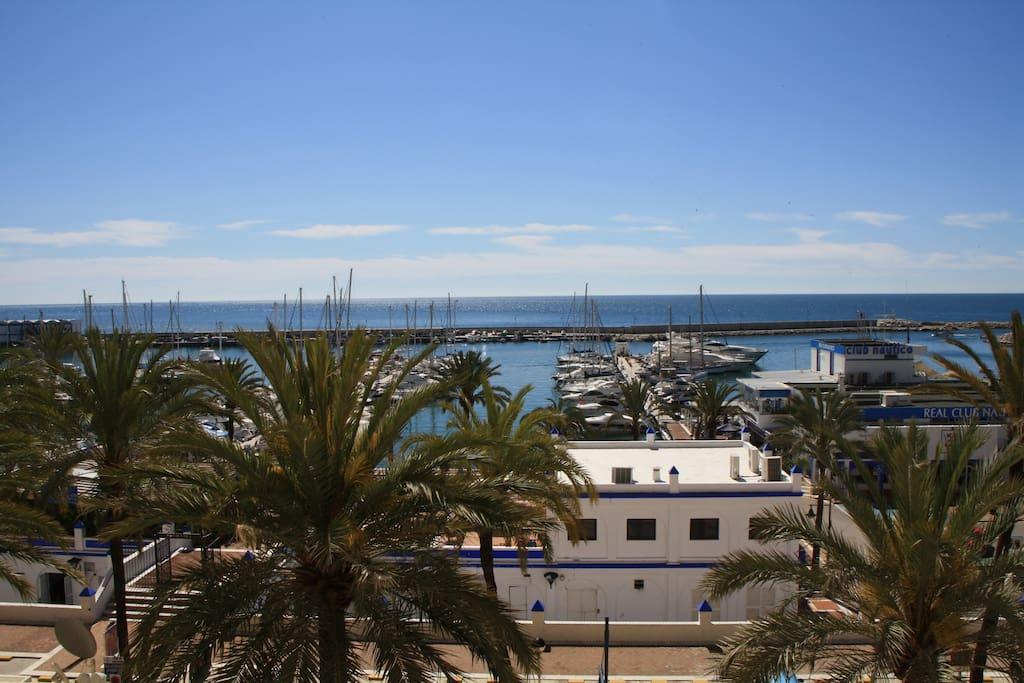 Uitzicht op de jachthaven met de restaurants en cafés