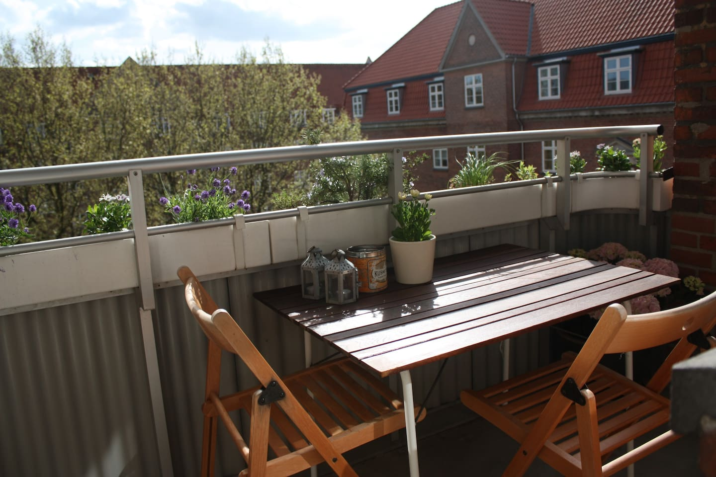 Enjoy the balcony - sun from 2pm-7pm
