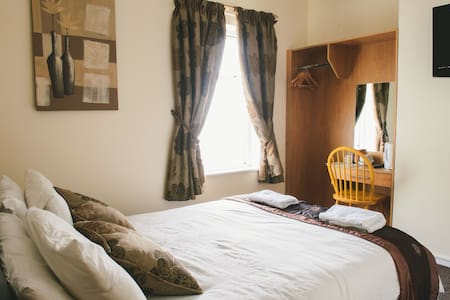 In the heart of Derry, the recently refurbished Angel House offers free parking, free Wi-Fi and rooms with luxury beds and power showers. Derry's historic centre is less than 5 minutes' walk away.