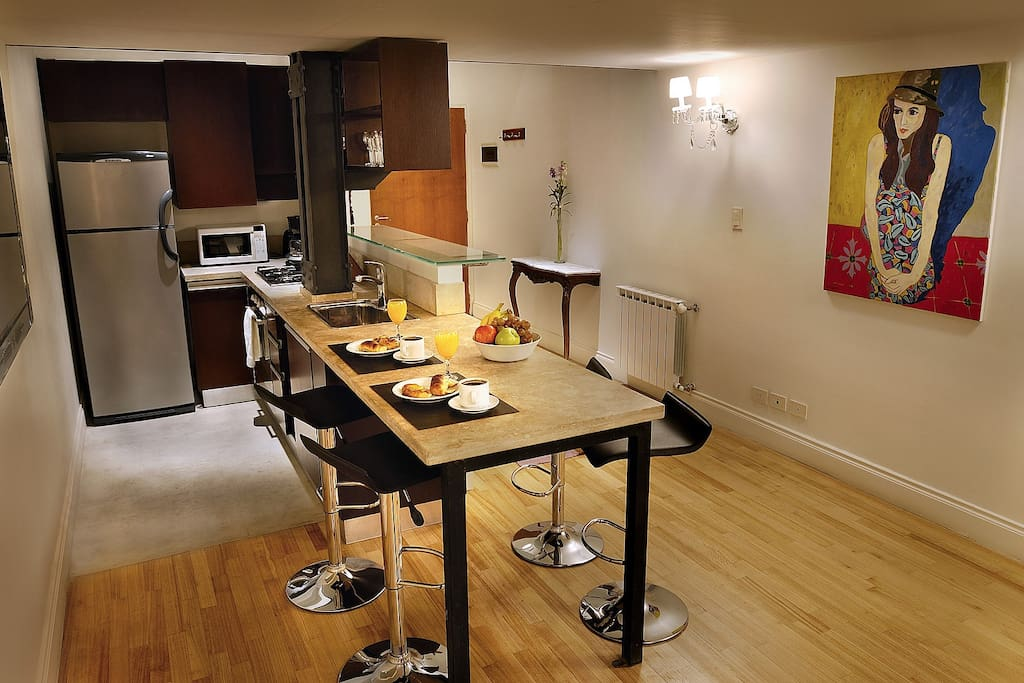 JUNIOR LOFT: fully equipped kitchen with marble bar top with seating for 4 people.