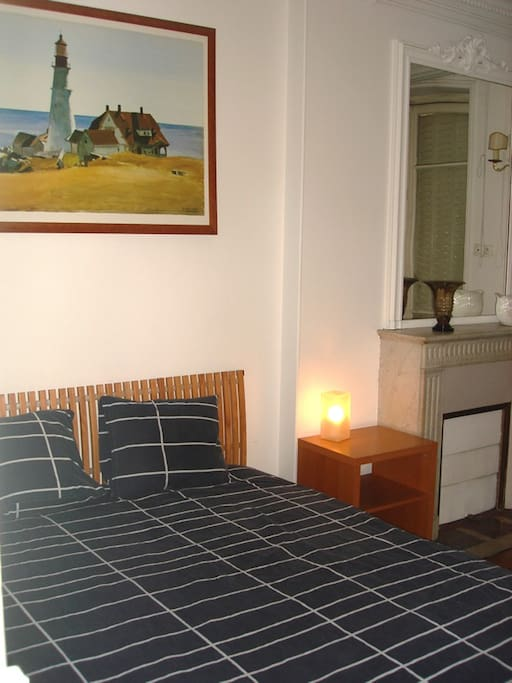 Habitación principal con cama de matrimonio 160x200 y ventana a la calle