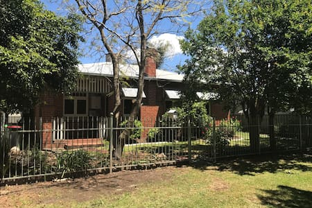 Entertainers Cottage - Family Home - North Albury - House