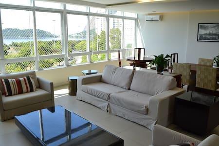 Apartamento amplo e recém-reformado, com 3 quartos com ar condicionado, TV e Internet Wi-Fi.  Acomoda  8 pessoas.Proximidade e fácil acesso ao Maracanã e Sapucaí. Fácil acesso aos aeroportos