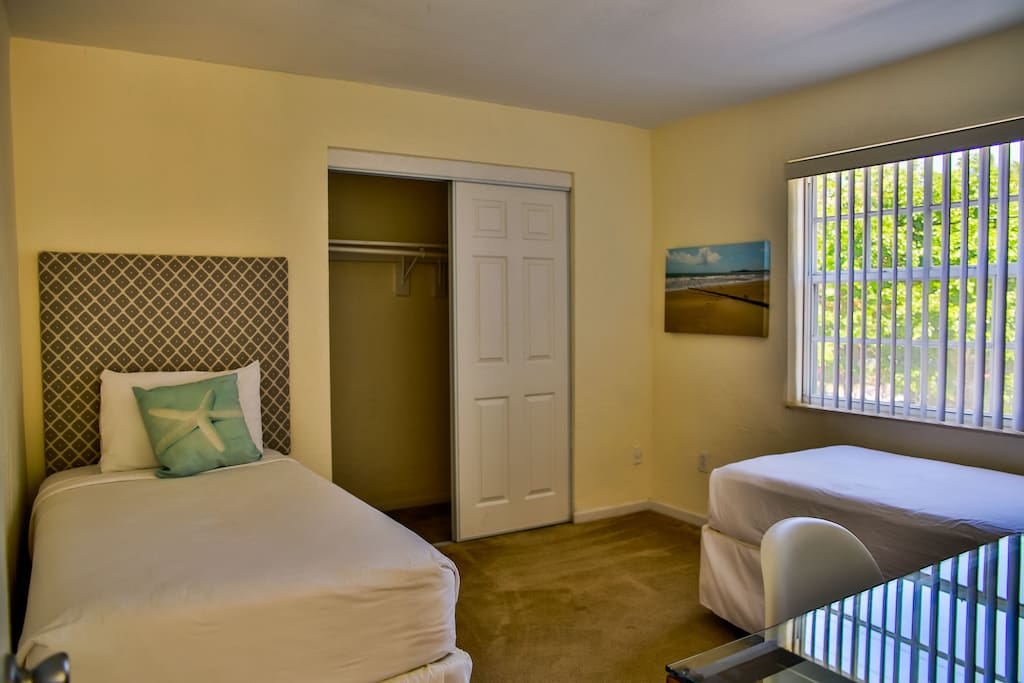 Bedroom with two Twin beds