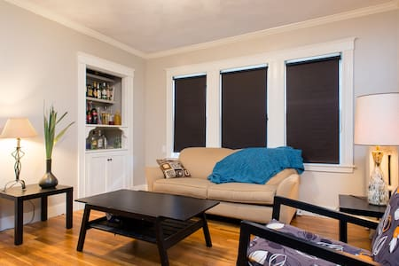 Room in renovated apartment (Queen size bed) - Boston