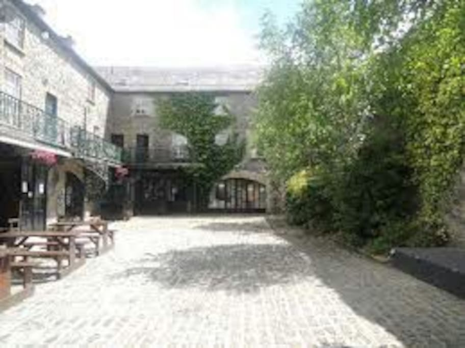 Beautiful Courtyard close to lively pubs and restaurants