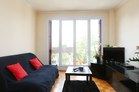 "Big apartment of 70m ² in 4 min walk to ""Mairie de Montreuil"" metro station, lines 9. Situated in 20min by metro of Republic or Bastille. I live in this apartment with 2 bedrooms and I propose one of them."
