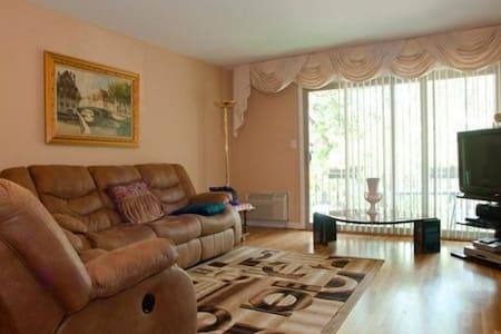 Clean and Comfortable in Skokie - Skokie
