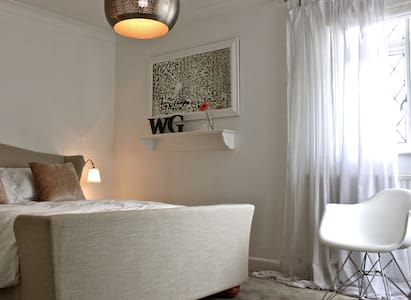 The White Room- bright, luxe, private - Bed & Breakfast