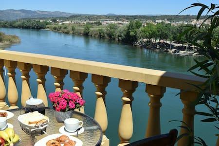 Riverside flat with stunning views - Móra d'Ebre