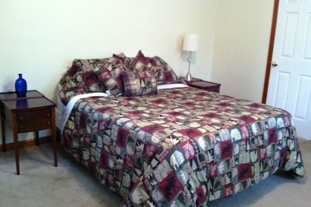 Green Pine Bedroom - Queen Size Bed - 2 Guests - Albany - Ev