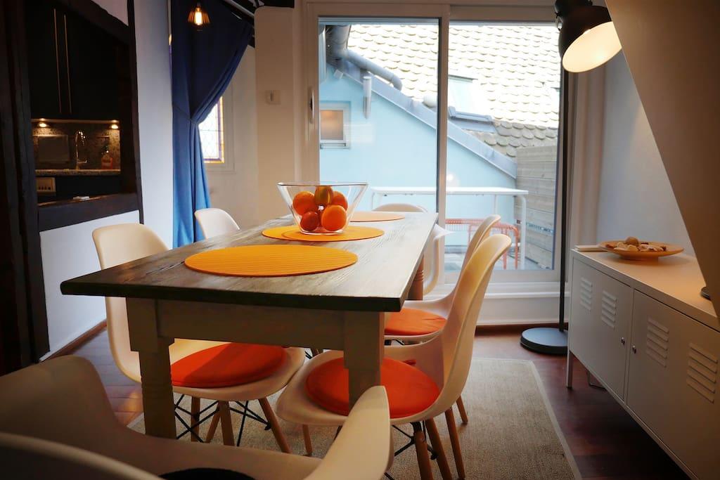 Salle à manger avec vue sur la terrasse.