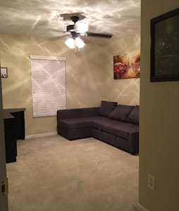 Cozy sofa bed, minutes from Disney! - House