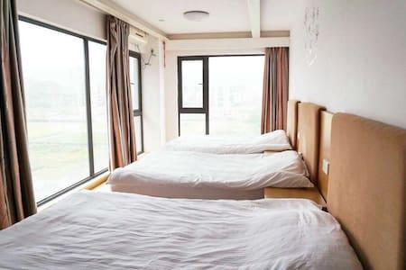 两面落地窗原木风格三床房(近富阳野生动物园) - Hangzhou - Hus