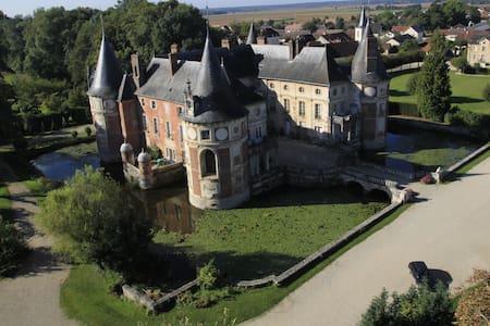 """Chateau Longecourt """"L'Angélique""""  - Longecourt-en-Plaine - Bed & Breakfast"""