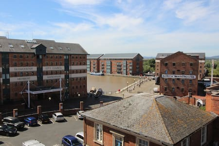 2 bed Gloucester docks with parking and Balcony - Pis