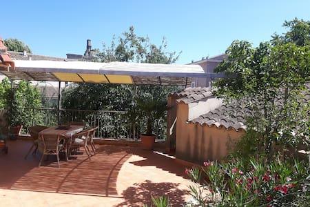 maison coeur de village avec jardin - La Tour-d'Aigues - Townhouse