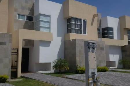 Beautiful New House with Lagoon & Swimming Pool!! - Ciudad Apodaca - Hus