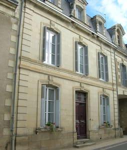 3 storey house, village location, sleeps 8 - Moncontour
