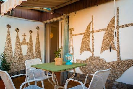 Una habitación con teraza y salon - Santa Coloma de Gramenet