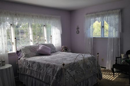 Purple room at Moran Inn B&B - Bed & Breakfast