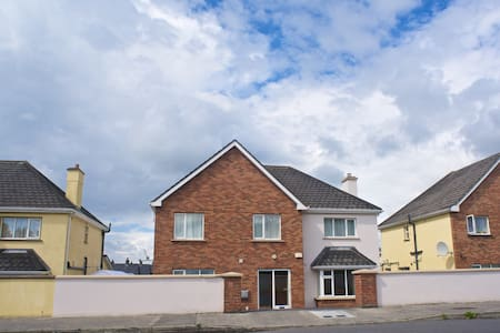 Single/Double in quite area close to centre - Galway - House