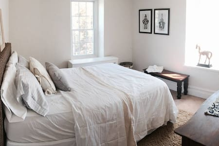 French Cottage Suite - Bed & Breakfast Experience - Lakás