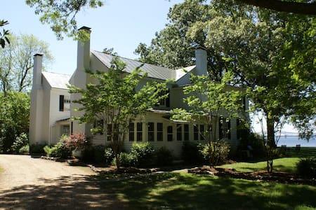Pop Castle, Historic Gem on the Rappahannock River - Huis