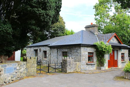 17th Century Gate Lodge. A history buff paradise. - Galway - Sommerhus/hytte
