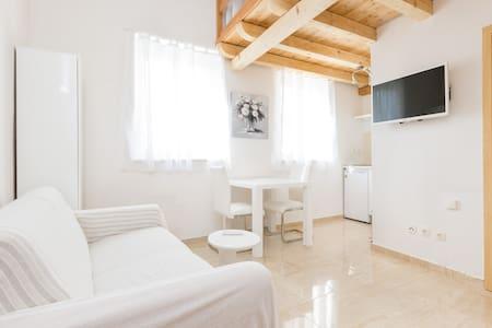 Charming split level 2bed apartment - House