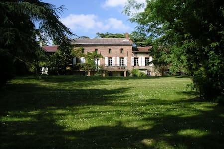 Chambre rouge à Mareillagues - Gibel - Vila