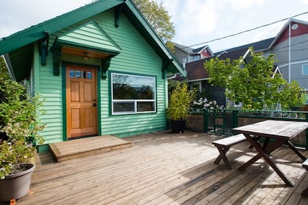 Ten microbreweries in just five square miles of my home. Downtown Ballard is a short walk away. Large south facing sunny porch. Foodies will love the many delicious restaurants, coffee shops, and cupcake stops. Rental comes with 2 cruiser bicycles.
