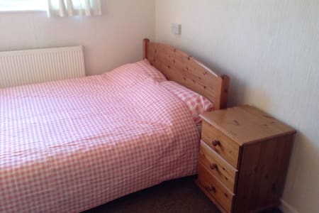 Quiet, Comfortable and Clean Double Room with Wifi in Stevenage centre near London and London Luton Airport for Visitors, Contractors or a short escape. Knebworth House, Parks, Gardens and Dinosaur trail are nearby for Festivals, Special events and Conference attendees.