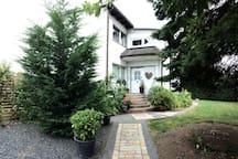 Sonniges Apartment mit Dachterrasse und Garten