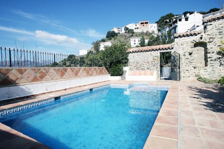 La Retarta Jubrique Sleeps 8-13 - Hus