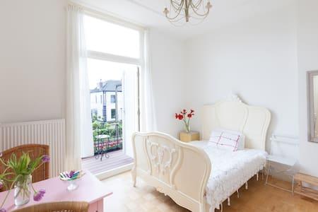 Sfeervolle kamer met balkon