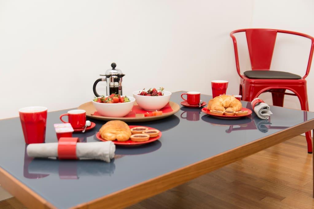 Living room 2 (perfect place to enjoy a snack or just to have a break) / Séjour 2 (endroit idéal pour savourer une collation ou tout simplement faire une pause)