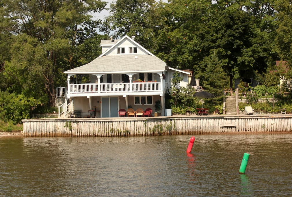 Enjoy a beautiful view of the river.  Great for fishing, canoe, kayak, boat, sea-doo etc.