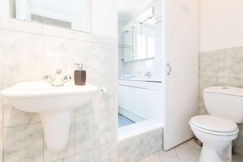 Toillettes vue sur salle de bain