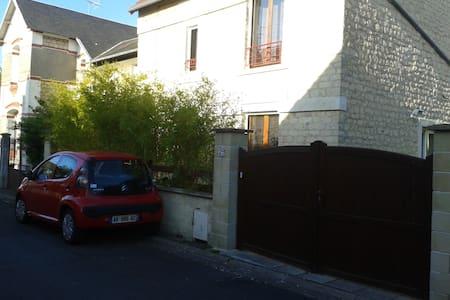 Chambre spacieuse 10mn centre-ville - Caen - House