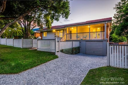 Tarragindi Home with Pool and plenty of room - Tarragindi