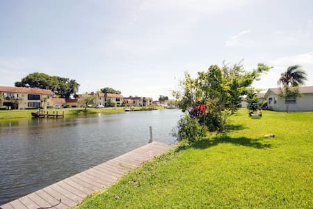 WATERFRONT Rm Cosy Cottage w Dock - Bed & Breakfast