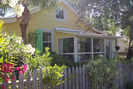 1910 Cottage. Private Pool. 2 Blocks from Beach - Tybee Island - Casa