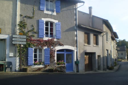 Bed and Breakfast in Village House - Les Salles-Lavauguyon - Talo