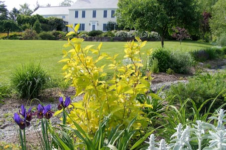 Muddy Creek Farm and Gardens - Queen - Bed & Breakfast
