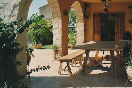 Room villa by Airport - Casa