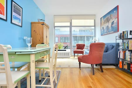 Clean, comfortable one-bedroom / one-bathroom apartment in a modern building in the beautiful neighborhood of Park Slope, Brooklyn. Sleeps up to four. Steps away from the subway and all neighborhood amenities. A great way to experience New York!